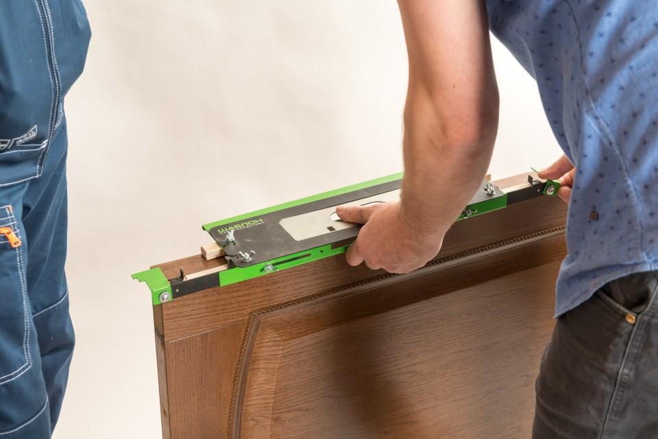 Шаблоны для врезки фурнитуры помогают максимально точно ограничить площадь зареза. Это помогает установить «заподлицо» петли, защелки, замки. Таких шаблонов несколько десятков — видов фурнитуры ведь тоже огромное количество.