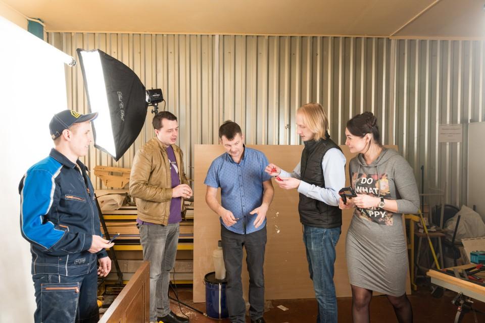 Это кадр за сценой — так проходили съемки. Присутствуют партнеры из розничного магазина «Двери Браво», руководство службы сервиса, главный инженер и, конечно, монтажник.