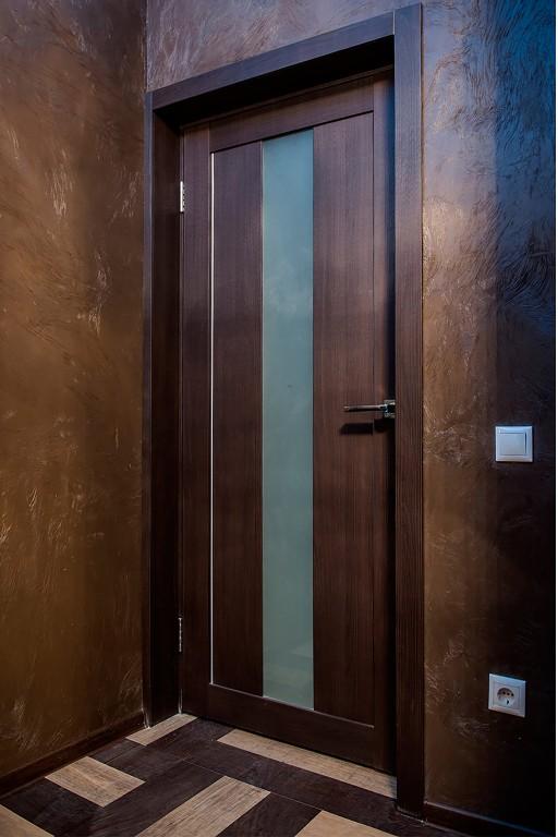 Классические деревянные тона создают теплую, спокойную атмосферу. Иногда может потребоваться скорректировать размер полотна двери, как в этом случае. Мы умеем делать это.