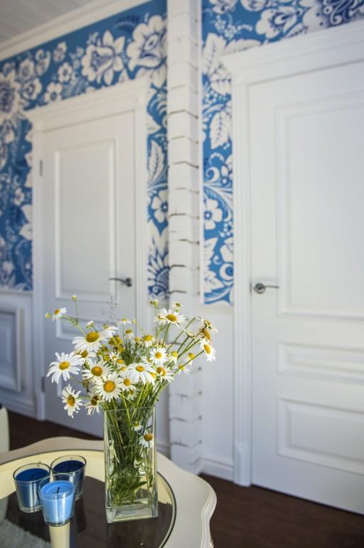 Гжель — русский стиль, воплощаемый чаще всего в керамике. Но умелый дизайнер может создать удивительную атмосферу русской классики. Двери дополняют образ, не мешая ему.